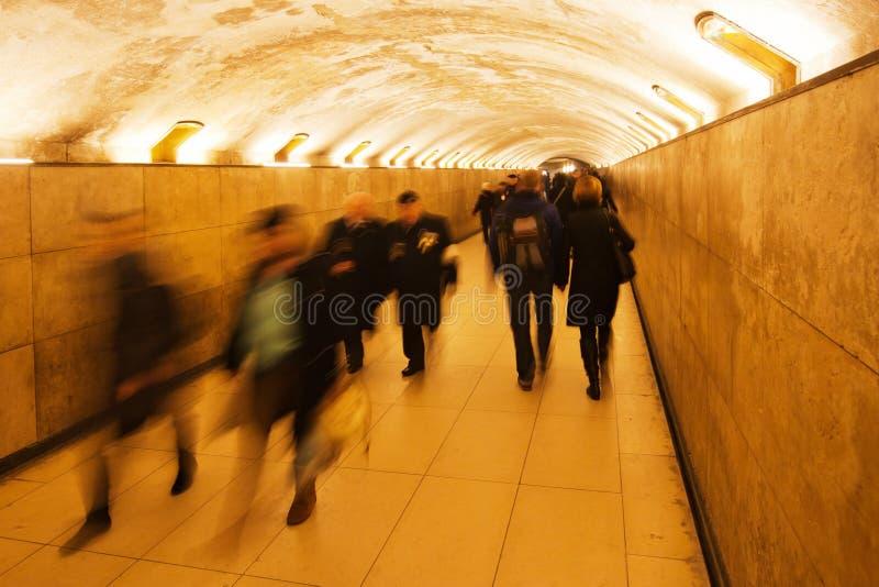 Люди гуляя в подземный переход стоковое изображение rf