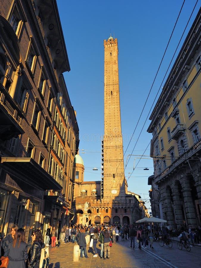 Люди гуляя к центру города на башне asinelli стоковое изображение