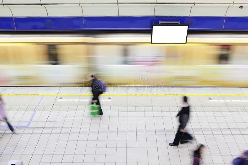 Люди гуляя на платформу на станции метро стоковая фотография