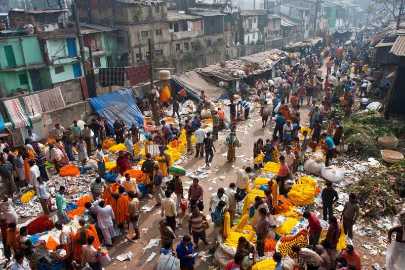 Люди двигают через гигантский рынок цветка стоковая фотография