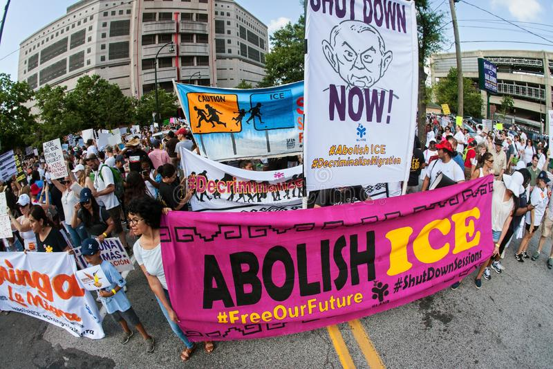 Люди держат знамена и знаки на протесте иммиграционного закона Атланта стоковая фотография
