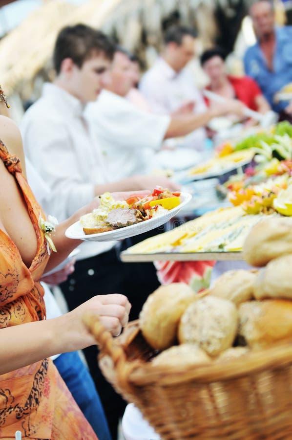 Люди еды шведского стола стоковые изображения rf