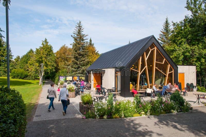 Люди есть на кофейне в саде Akureyri ботаническом стоковое фото