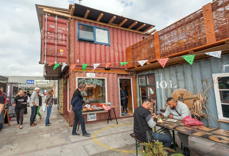 Люди есть фаст-фуд на популярном рынке Reffen, еде улицы и городской местности для запусков стоковые фотографии rf