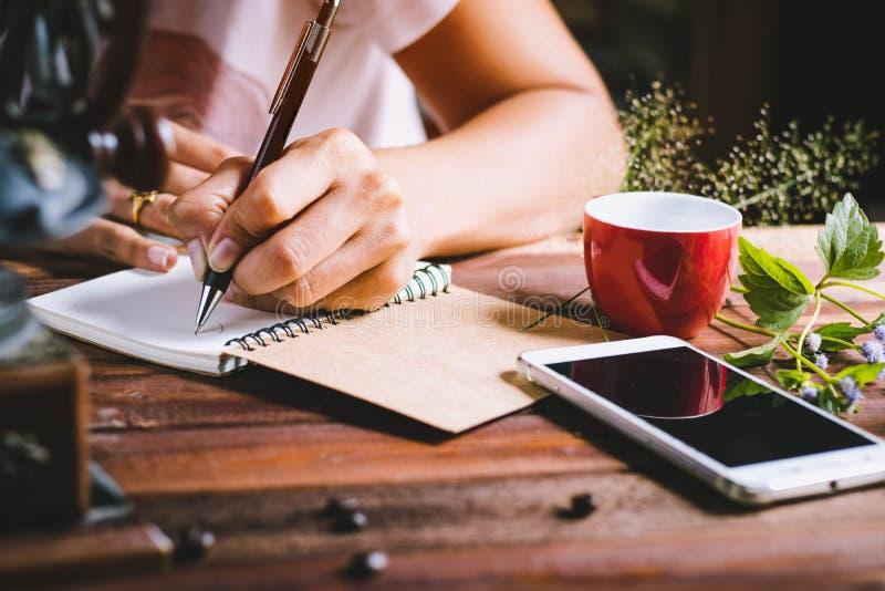 люди, женщина писать бумагу стоковое изображение rf