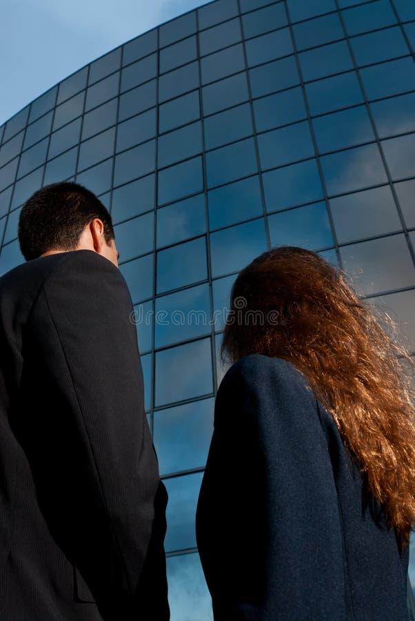 люди заднего дела здания самомоднейшие стоковые фотографии rf