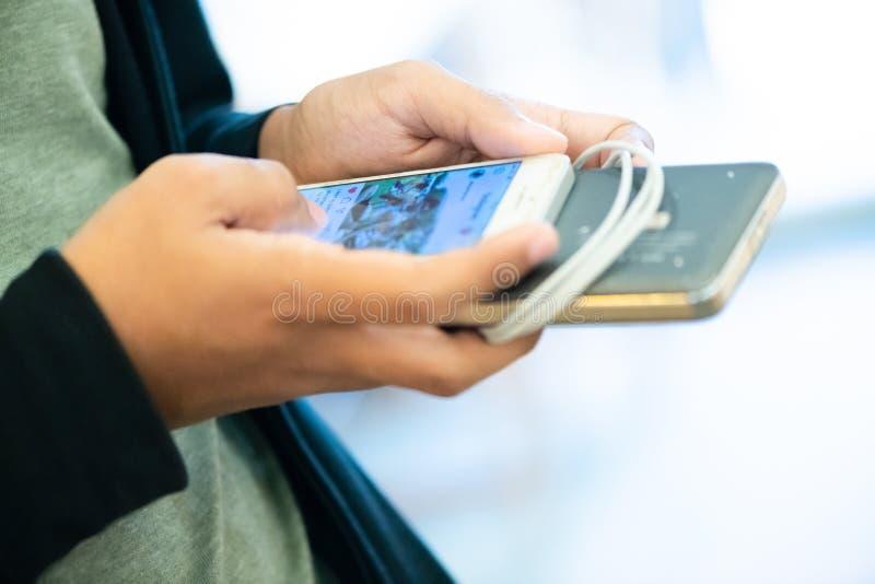 люди занимаясь серфингом и просматривая сеть по умному телефону люди наслаждаются с игрой в социальной сети средств массовой инфо стоковые изображения