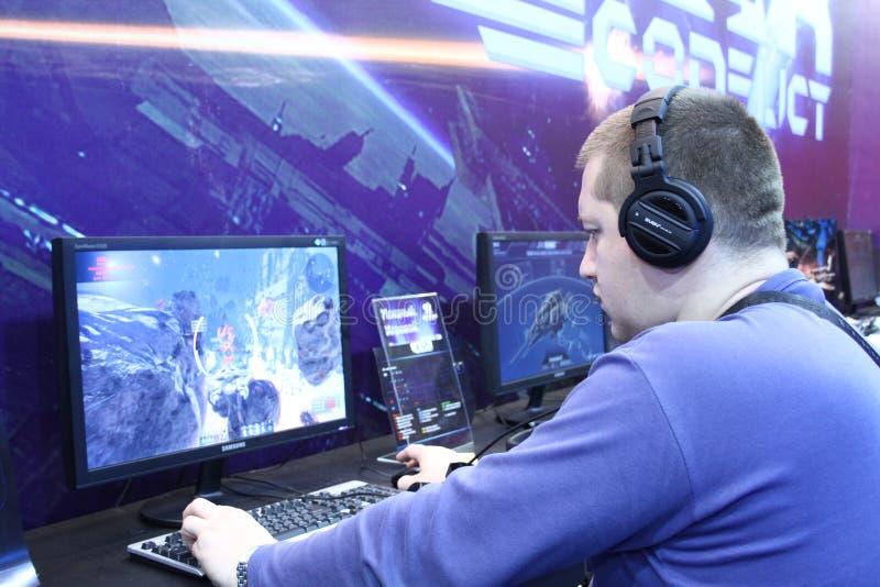 Люди играя видеоигры стоковые фото