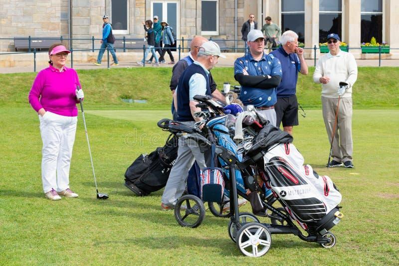 Люди играя гольф на известном поле для гольфа Сент-Эндрюсе, Шотландии стоковое фото