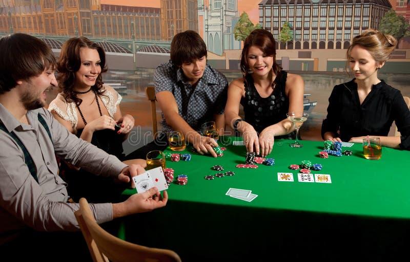 люди играя детенышей покера стоковые фото