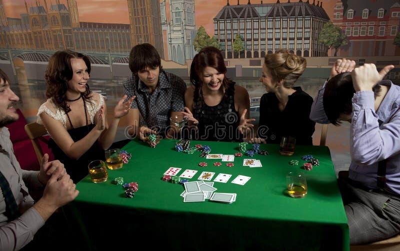 люди играя детенышей покера стоковые фотографии rf