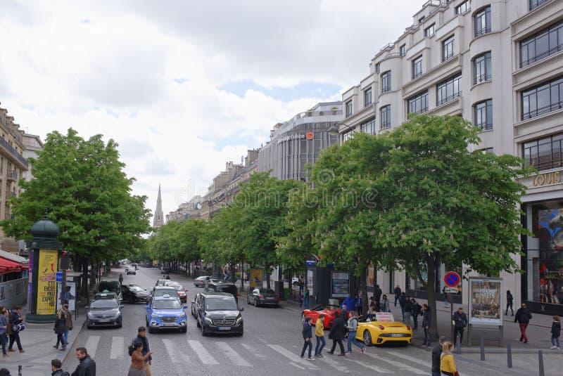 Люди идут вдоль бульвара Champs-Elysees и Georges v стоковая фотография