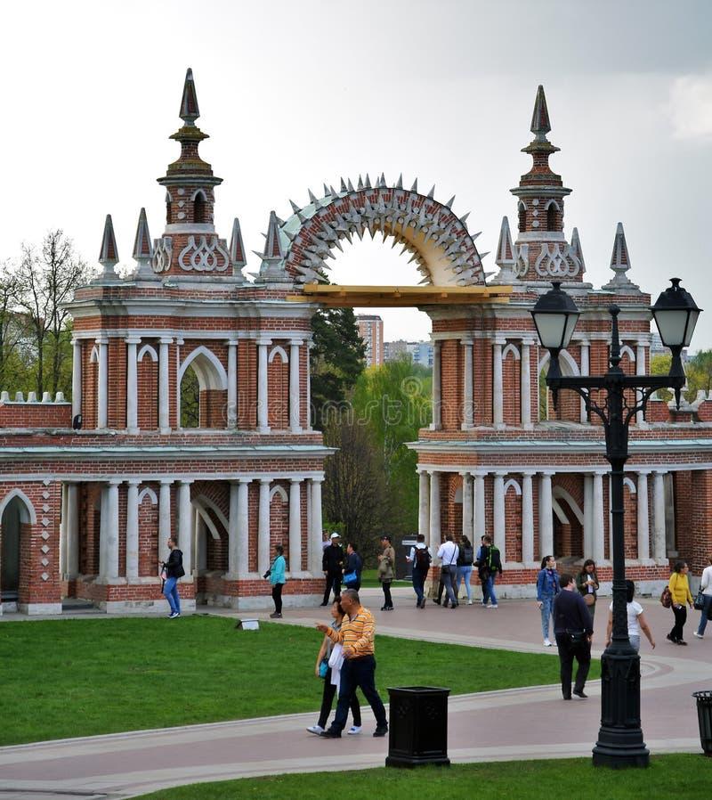 Люди идут в парк Tsaritsyno в Москве : стоковые изображения rf