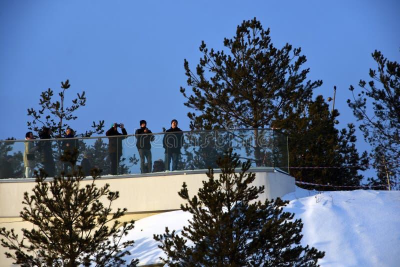 Люди идут в парк Zaryadye в Москве в зиме стоковые изображения rf