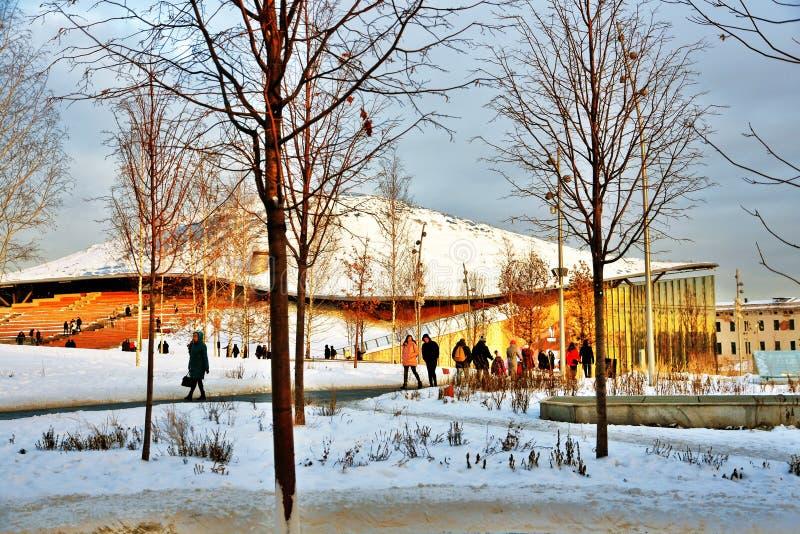 Люди идут в парк Zaryadye в Москве в зиме стоковая фотография