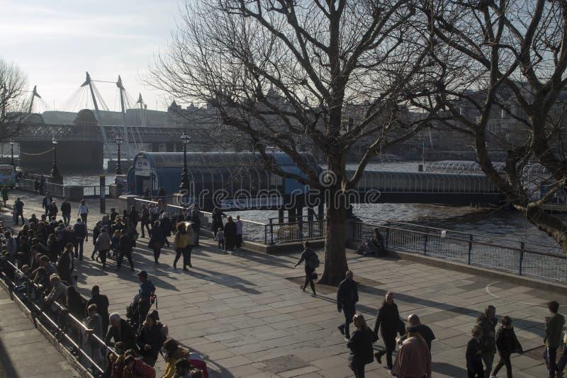 Люди идя вне королевского фестиваля Hall в южном береге стоковое фото