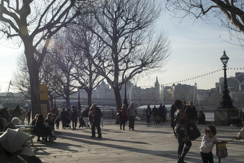Люди идя вне королевского фестиваля Hall в южном береге стоковые фотографии rf