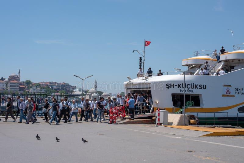 Люди идя вниз с Uskudar, Стамбул стоковое изображение