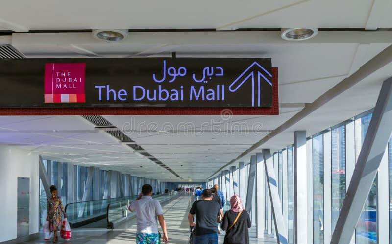 Люди идя внутри мола Дубай торговый центр прокладывает тоннель стоковое фото rf