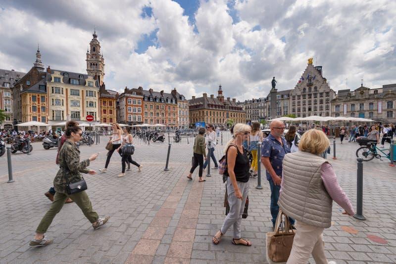 Люди идя в грандиозное место в Лилле, Франции стоковое фото rf
