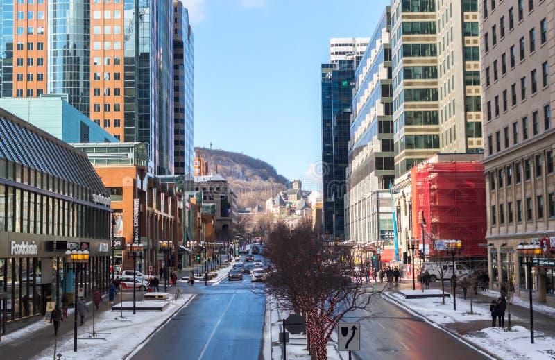Люди идя в Монреаль к центру города в Монреале около университета Mcgill стоковая фотография rf
