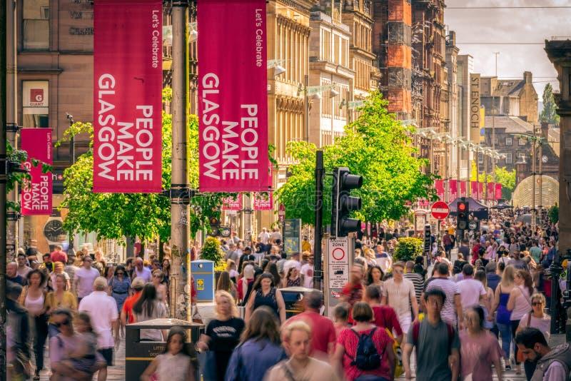 Люди идя в центр города Глазго, Шотландии стоковые фото