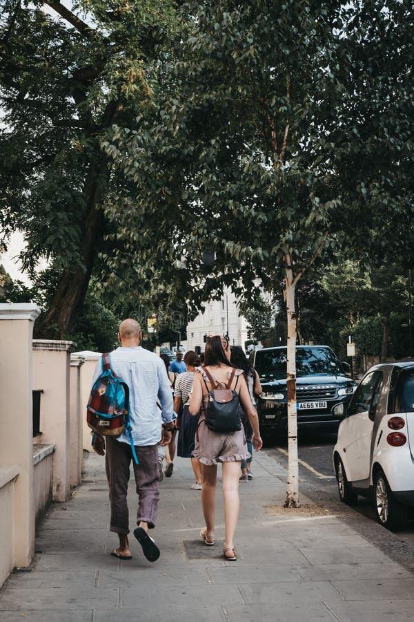 Люди идя в Notting Hill, Лондон, Великобританию стоковое изображение rf