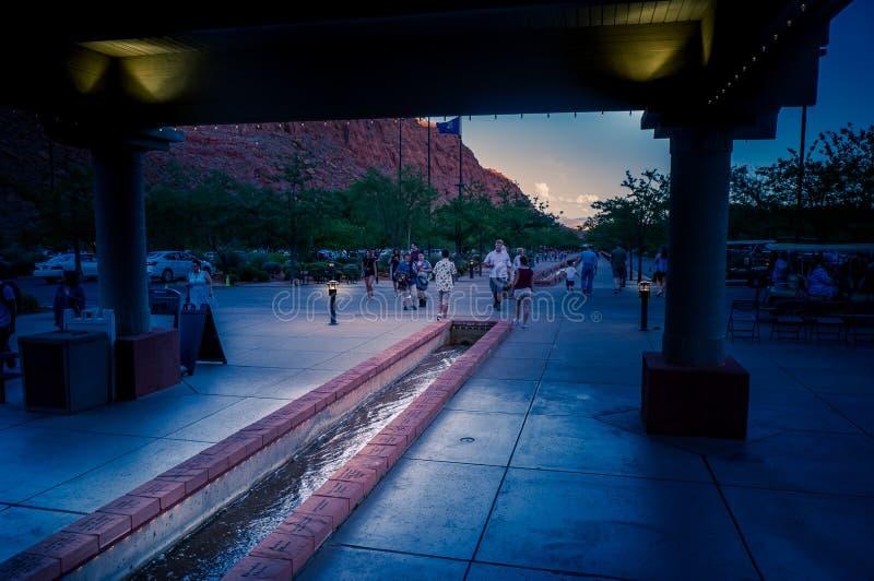 Люди идя к центру Tuacahn для искусств стоковое изображение rf