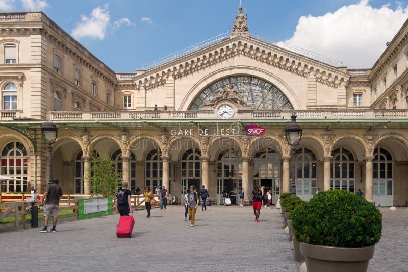 Люди идя к Gare de l железнодорожной станции Est ` стоковая фотография