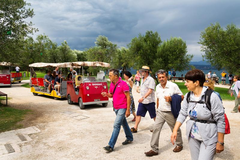 Люди идя на археологические раскопки Grotte di Catullo на береге озера Garda в Sirmione, Италии стоковое изображение rf
