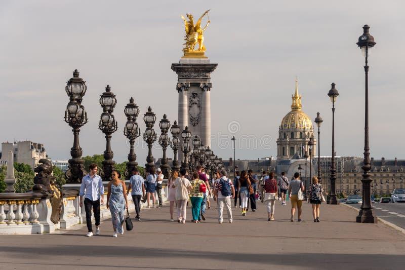 Люди идя на мост Александра III в Париже стоковое изображение rf