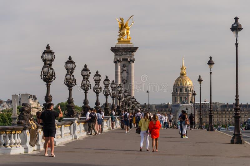 Люди идя на мост Александра III в Париже стоковые изображения rf