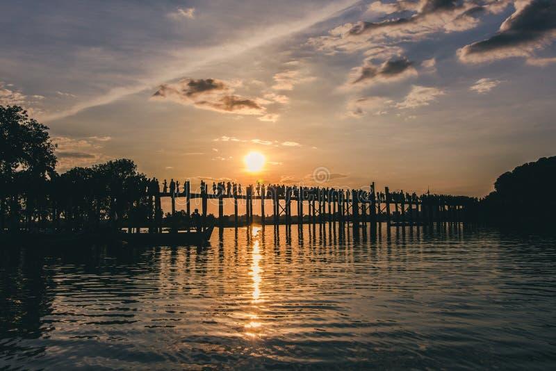 Люди идя на мост U-Bein стоковое изображение