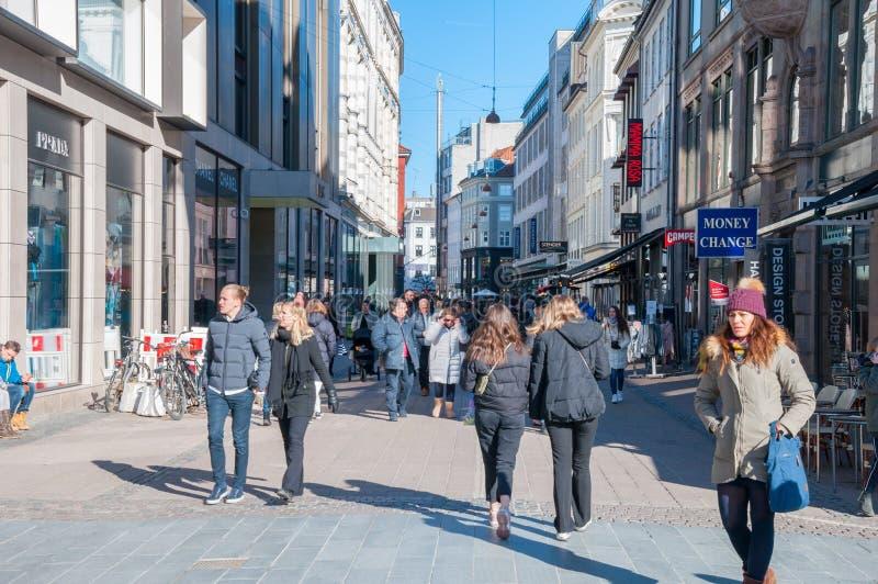 Люди идя на торговую улицу Stroget стоковое изображение rf
