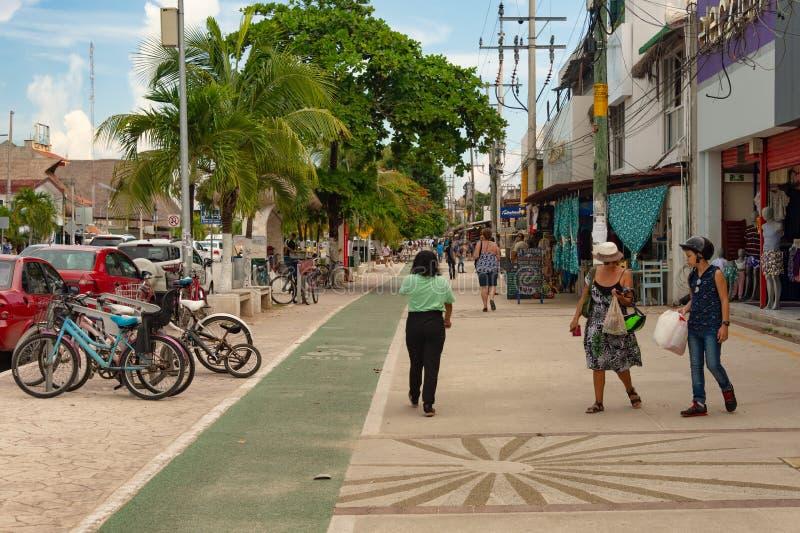 Люди идя на тротуар на Avenida Tulum стоковое фото