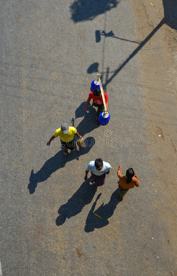 Люди идя на улицу в Янгоне, Мьянме стоковое фото rf