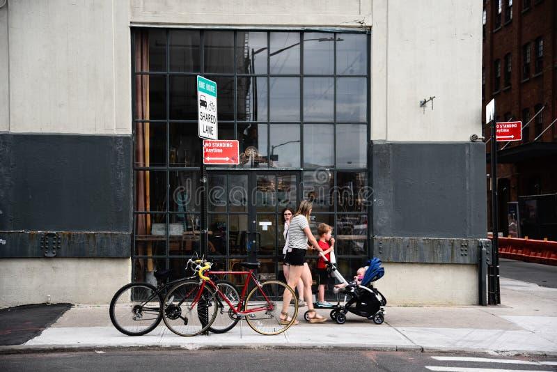Люди идя на улицу в Dumbo, Бруклине стоковая фотография rf