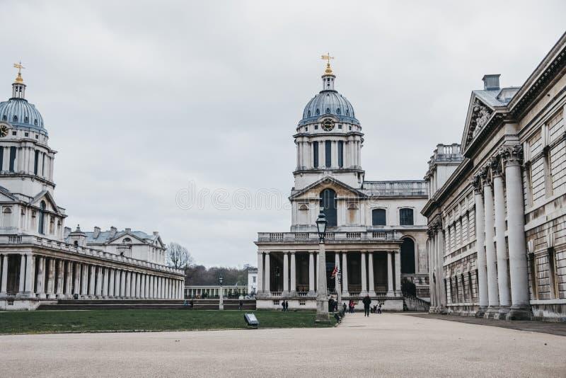 Люди идя университетом здания Гринвич, Лондона, Великобритании стоковое изображение