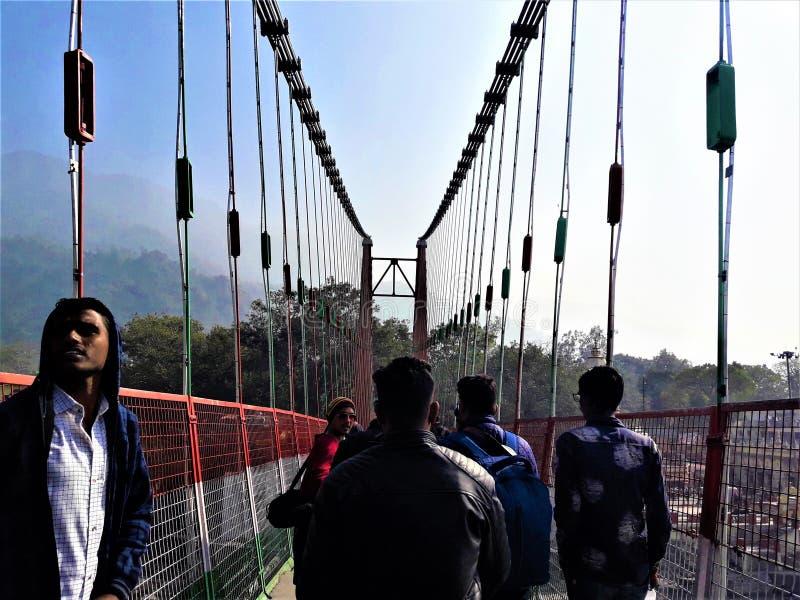 Люди идя через мост Lakshman Jhula, Rishikesh, Индию стоковое фото rf