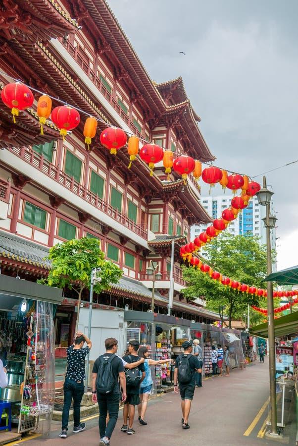 Люди идя через рынок Чайна-тауна стоковые фото