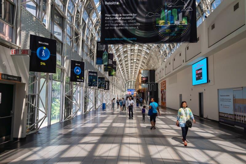 Люди идя через Skywalk в станции соединения, Торонто 2019 стоковое фото rf