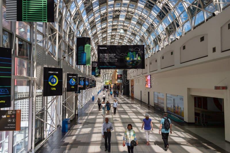 Люди идя через Skywalk в станции соединения, Торонто 2019 стоковое изображение rf