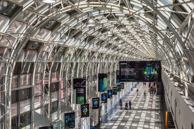 Люди идя через Skywalk в станции соединения, Торонто 2019 стоковое изображение