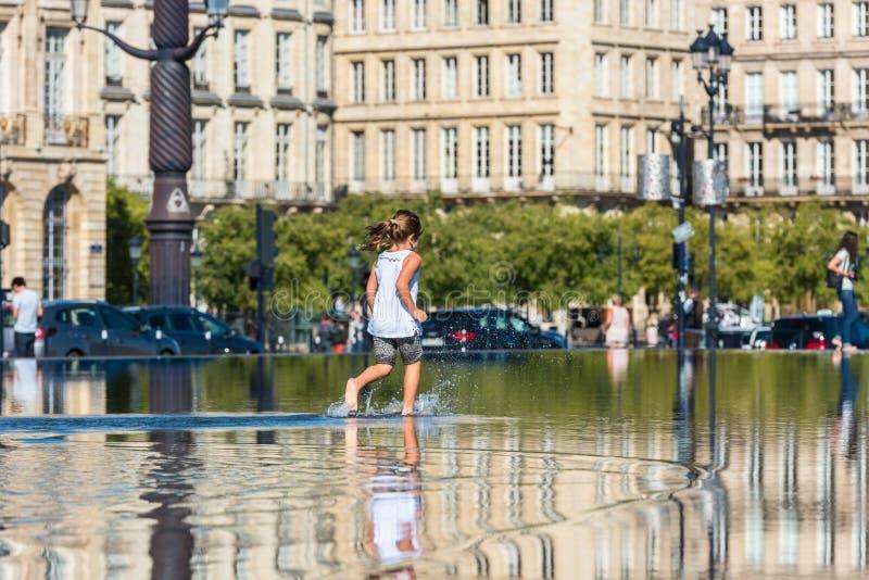 Люди имея потеху в фонтане зеркала в Бордо, Франции стоковые фотографии rf