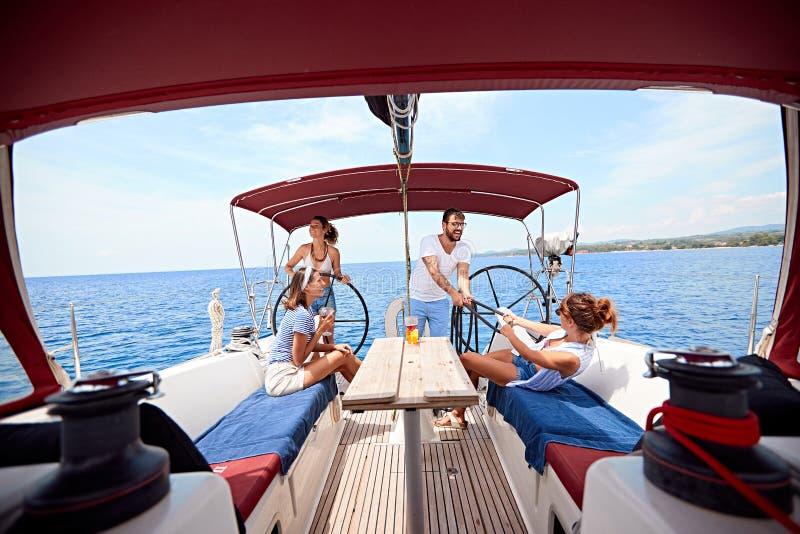 Люди имея потеху на летних отпусках отдыхают - перемещение, праздники, образ жизни молодости, приятельство и тропическая концепци стоковая фотография