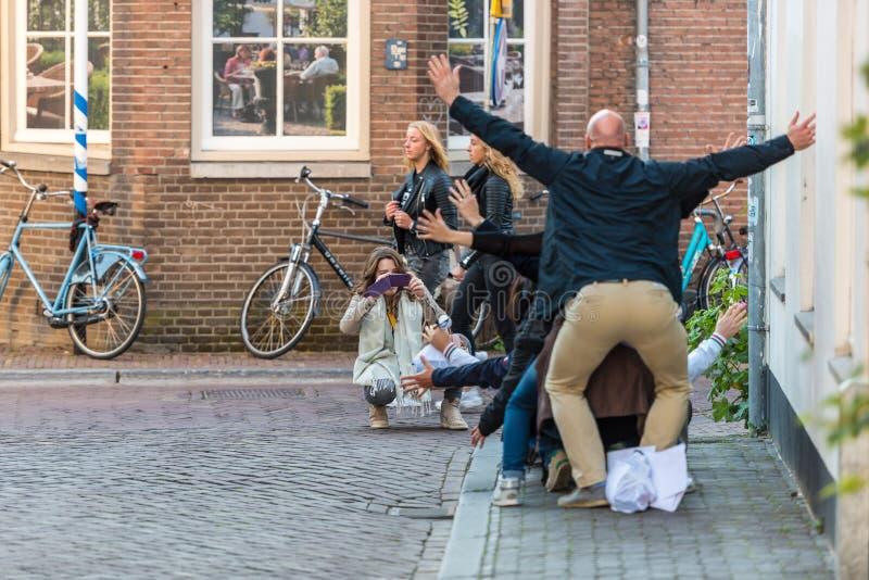 Люди имея потеху на улице Utrecht стоковая фотография rf