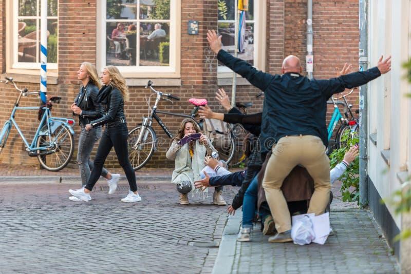 Люди имея потеху на улице Utrecht стоковые фотографии rf