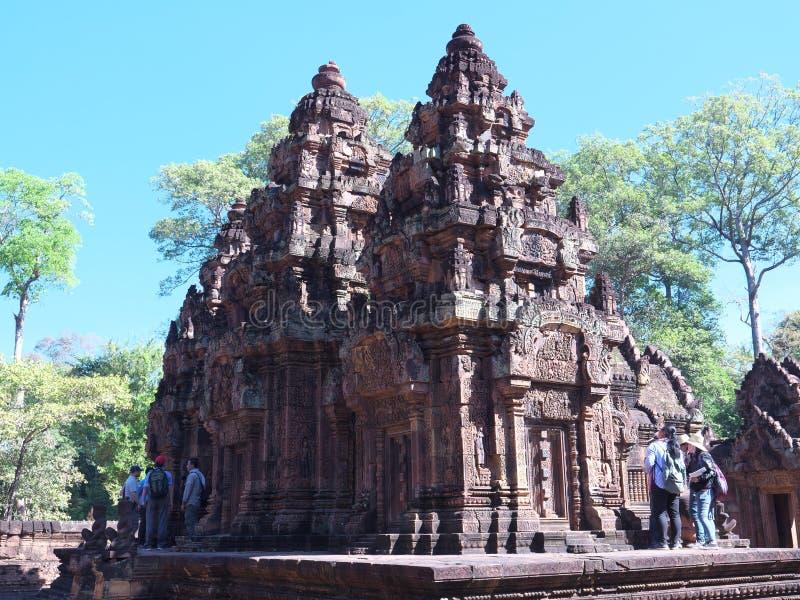 Люди исследуя памятник Banteay Srei стоковое изображение rf