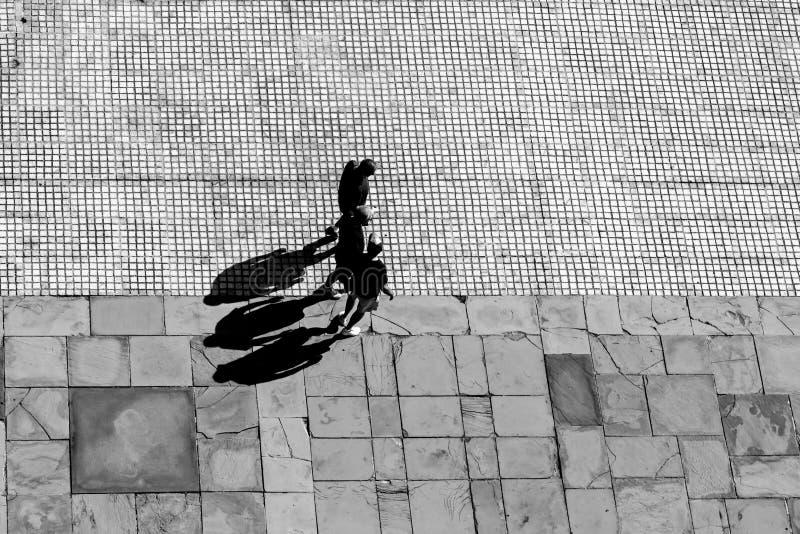 Люди и их тени стоковые фотографии rf
