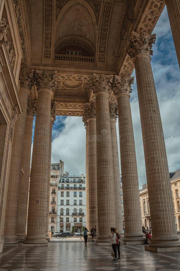 Люди и столбцы на входе пантеона в неоклассический стиль на Париже стоковое изображение rf